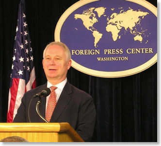 Jerry Hagstrom speaks at the Foreign Press Center